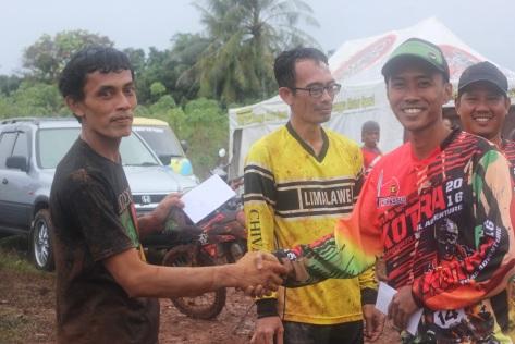 Didi (Kiri) juara kelas TS dan klasik. hadiah diserahkan oleh Sekretaris Goril. Bung Ijoel Slow(kanan)