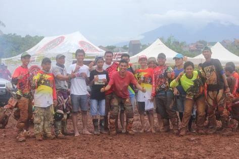 Pemenang kelas FFA SE untuk MX .. bersama team Gorila dan mantan pembalap nasional Irvan