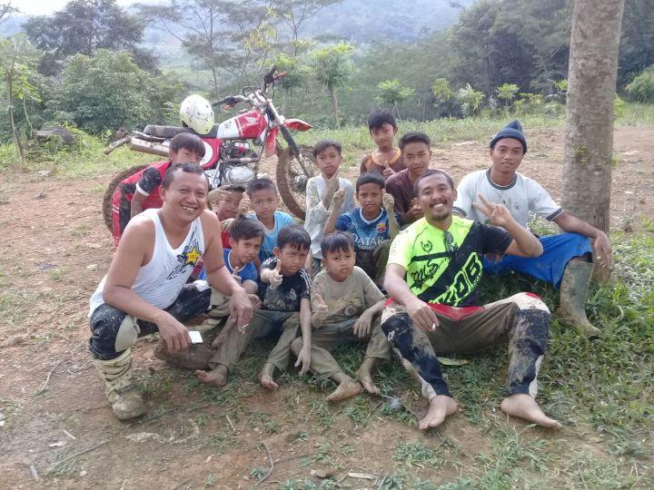 Bercengrama dengan warga dan anak-anak kampung sekitar