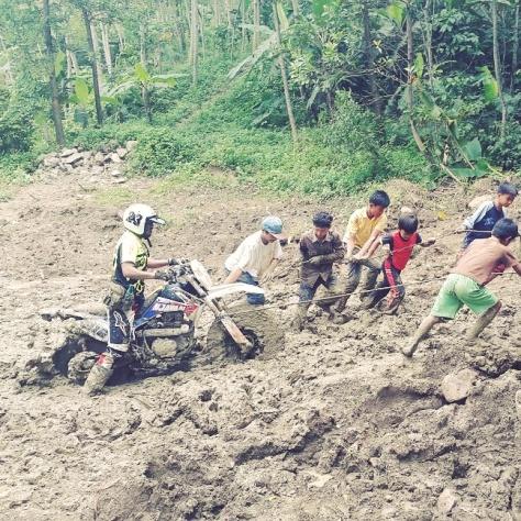 Handycap pertama jalur lumpur, ngobrolmotorcross ban motornya jadi donat.. hahaha