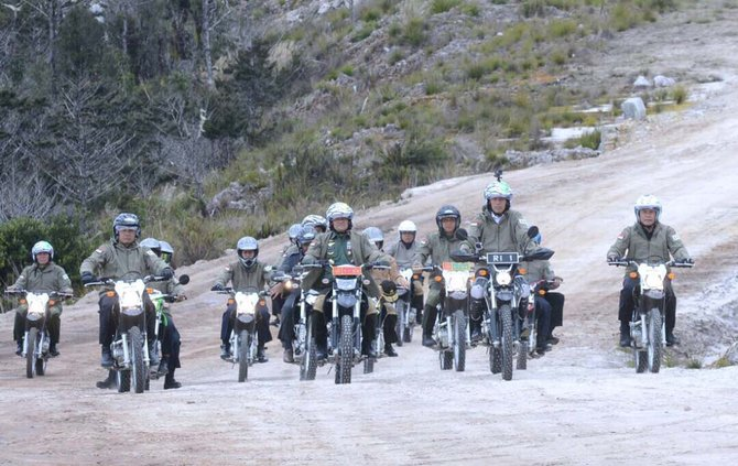 Naik trail, Jokowi jajal beratnya medan pembangunan Trans Papua